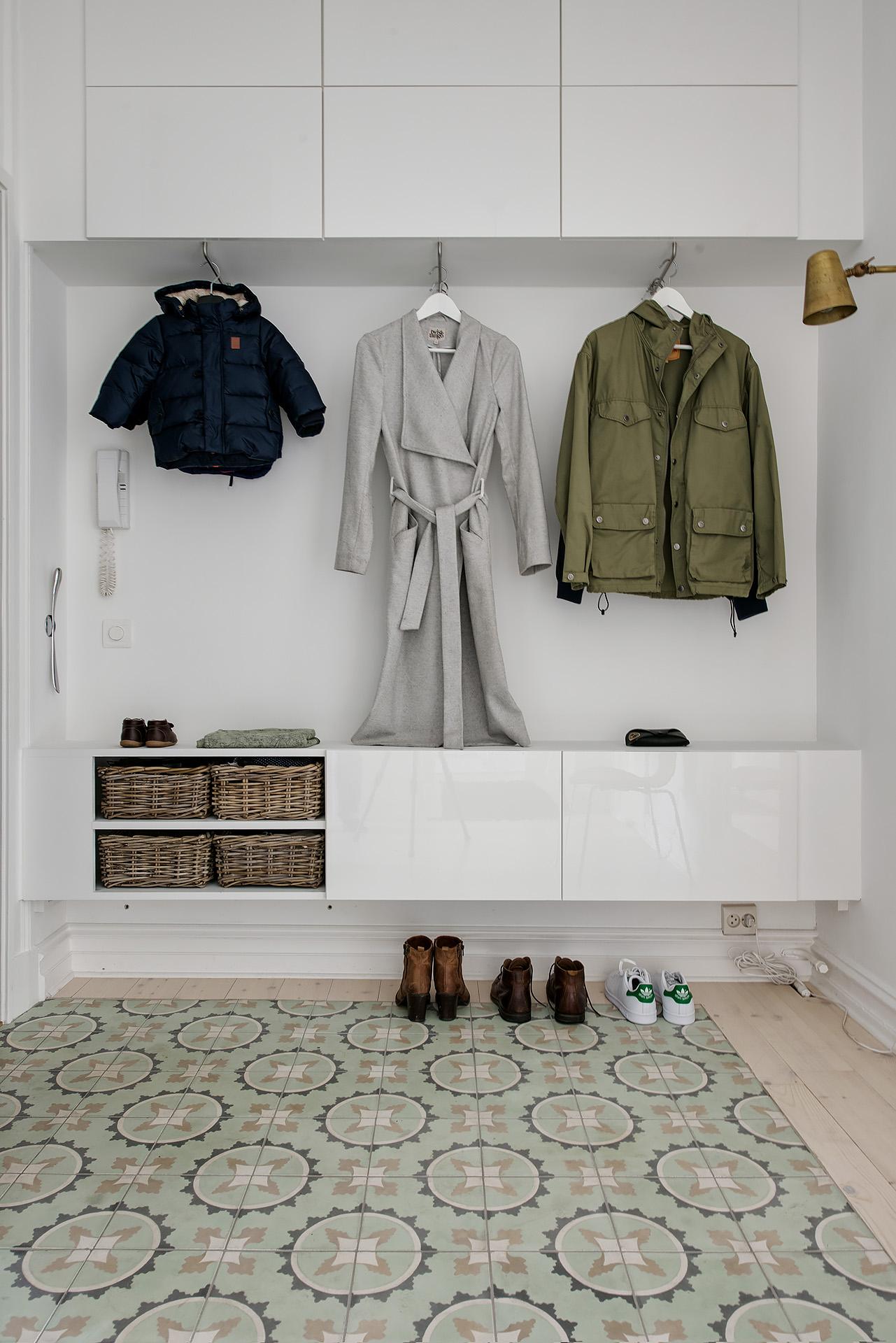 Asunto satavuotiaassa talossa all you need is white for Flurgarderobe ikea