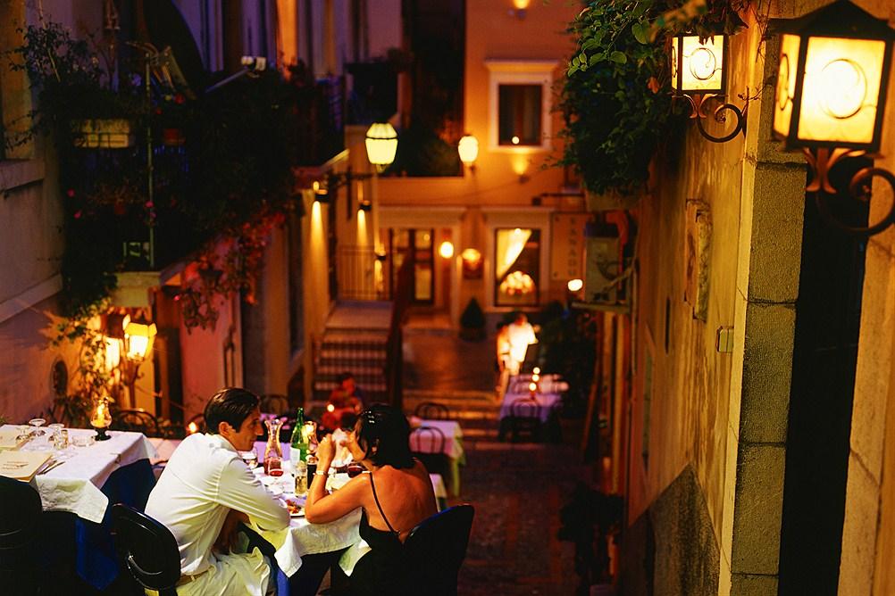 gallery_italy-sicily-taormina_city-restaurants-bars-at-night_0159093_1506030744